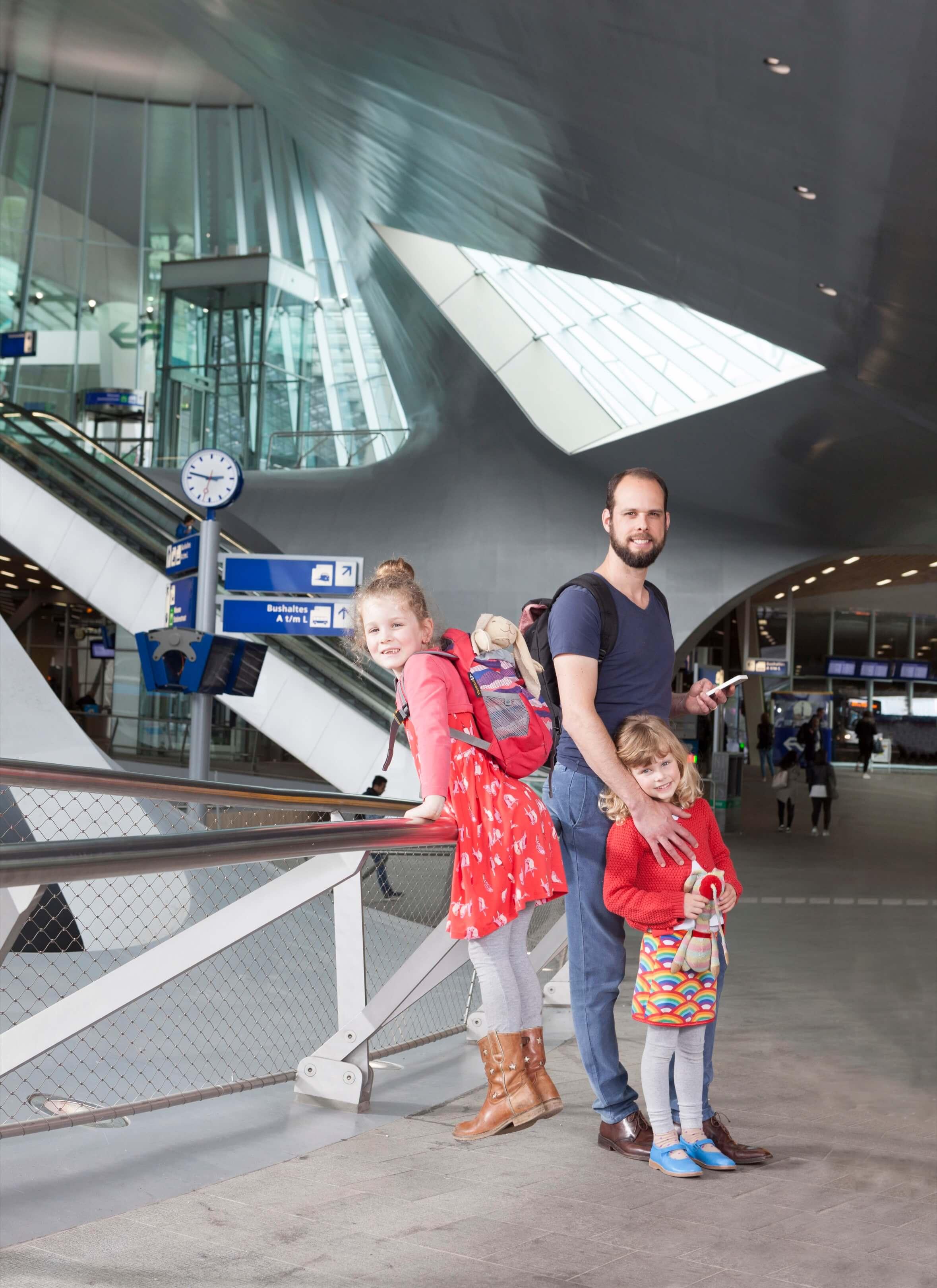 Jurjen Poeles fotografie Gloedcommunicatie gloed communicatie Abellio cover magazine the Abellio way trein spoorwegen station Arnhem Centraal gezin kind op reis cover
