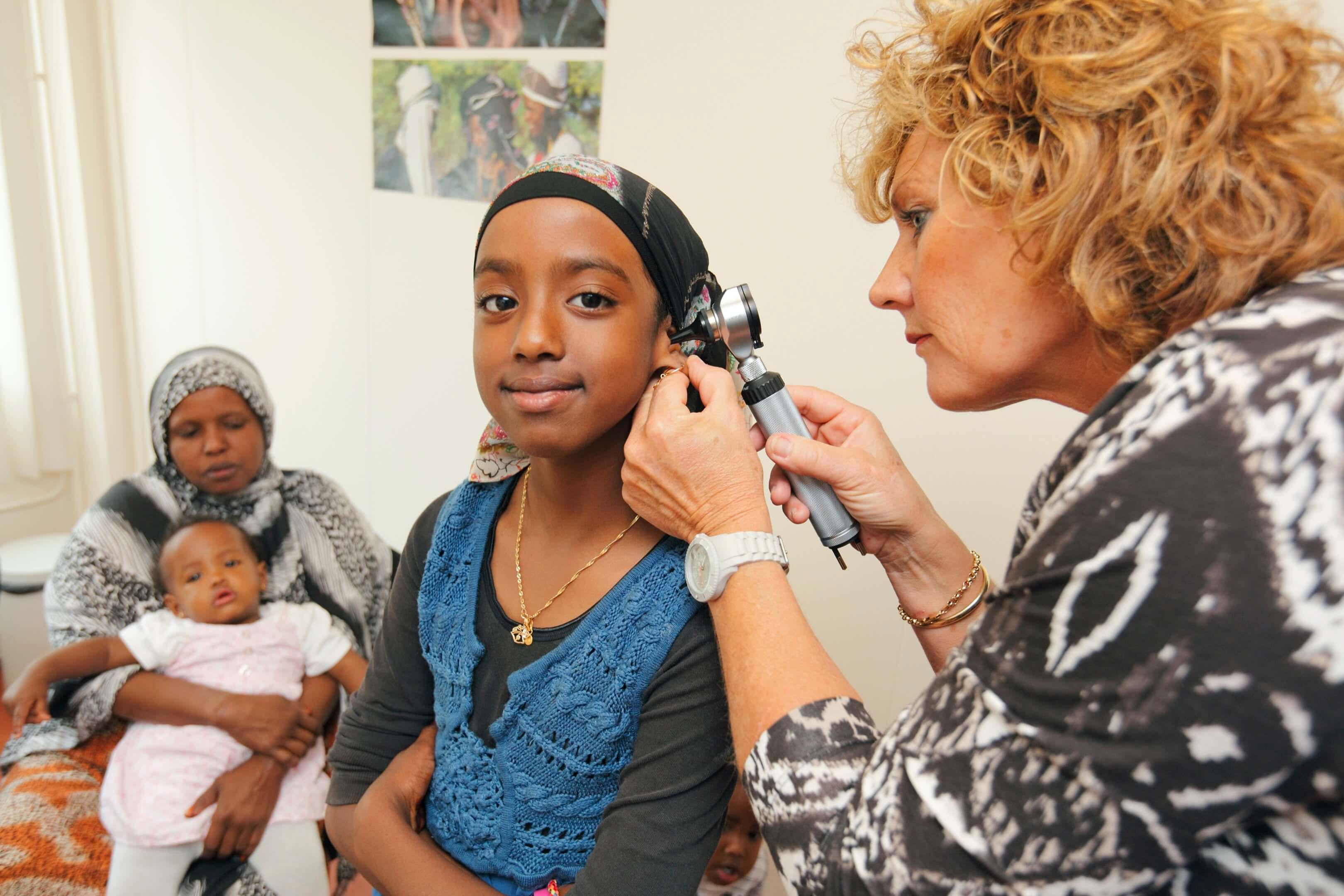 Spreekuur bij het team Lelystad Het Lab Gezondheids Centrum Asielzoekers magazine GCA Connect reportage arts oorkijken oor onderzoek spreekkamer