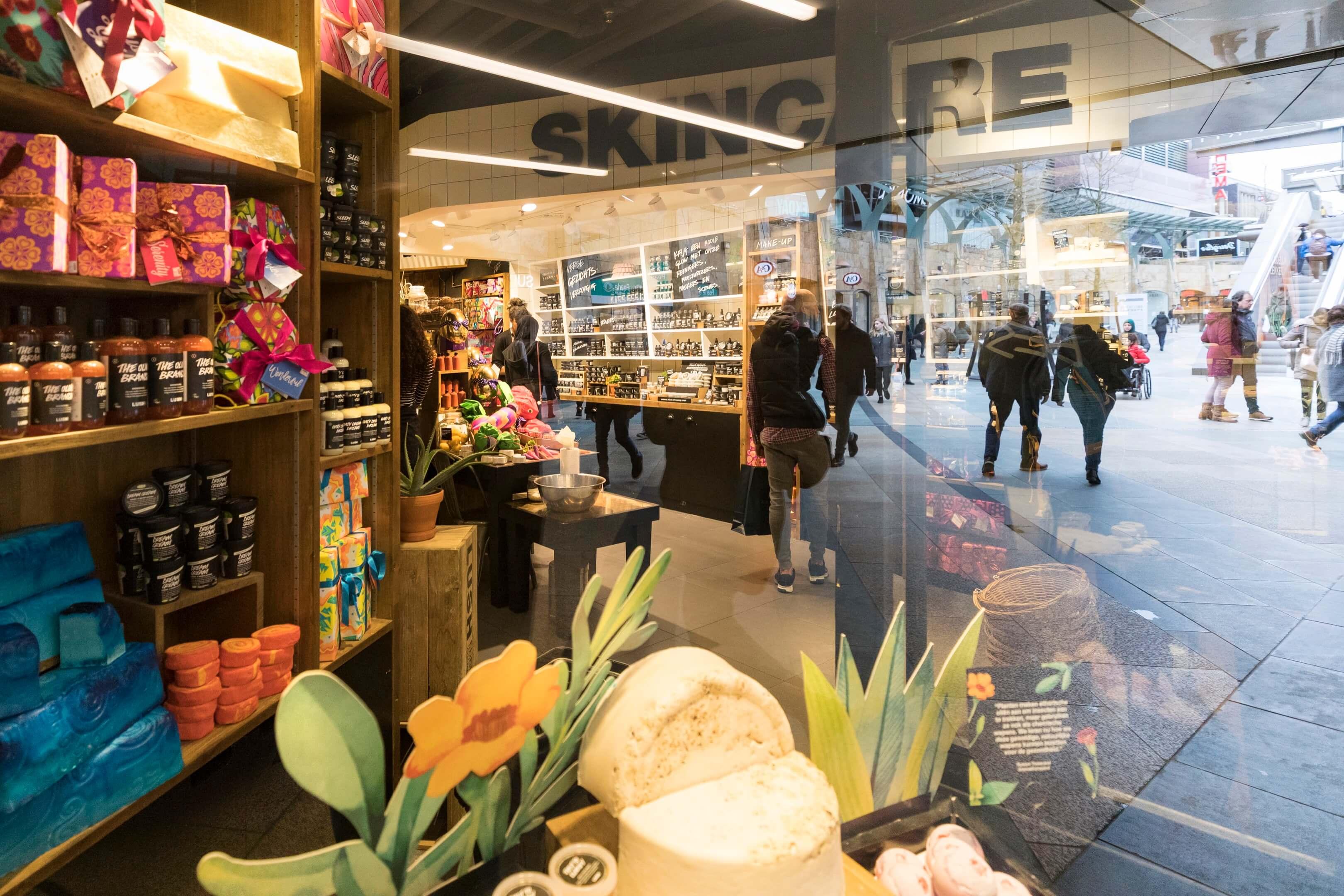 boek Circles of retail Boom beroepsonderwijs Sarphati Jurjen Poeles fotografie reportage retailconcept winkel shopping winkelen winkelruit Lush Koopgoot Rotterdam