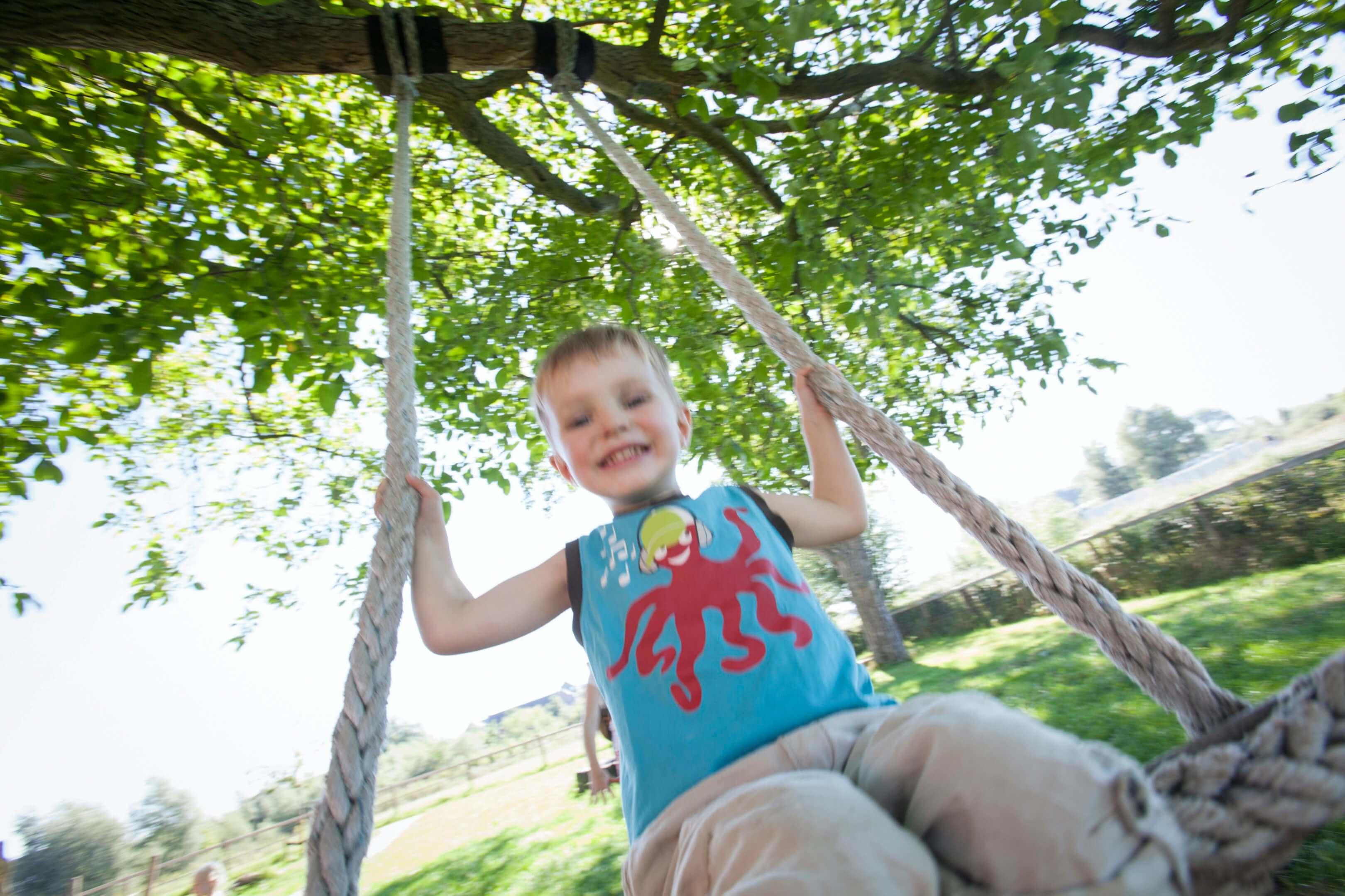 Saartje kind speelboerderij verwondering 2,5 jaar zomer water schommelen Jur Jurjen Poeles Fotografie reportage vrij werk vrijwerk